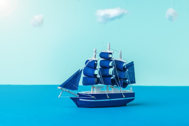 Installation eines segelboots, das auf einer ruhigen see segelt. das konzept von reisen und abenteuer. installation.