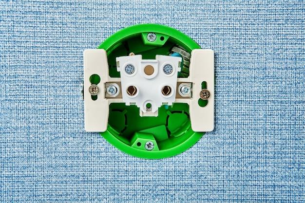 Installation von elektrischen kontaktstellen zu hause, im inneren gibt es blick auf die steckdose.