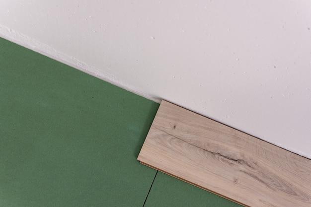 Installationslaminat im raum, platten umweltfreundlicher unterboden und laminat oder parkett
