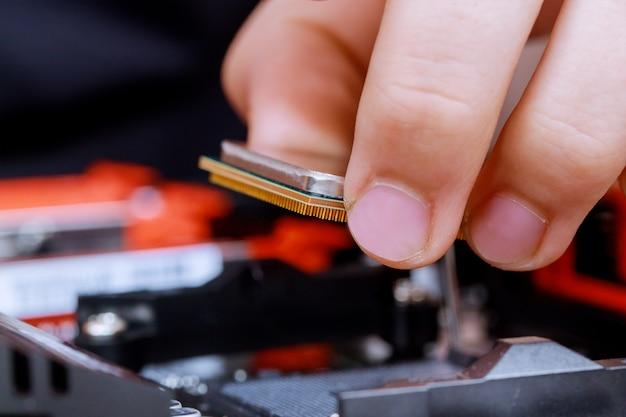 Installieren des computerhardwaretechnikers installieren der cpu auf dem motherboard
