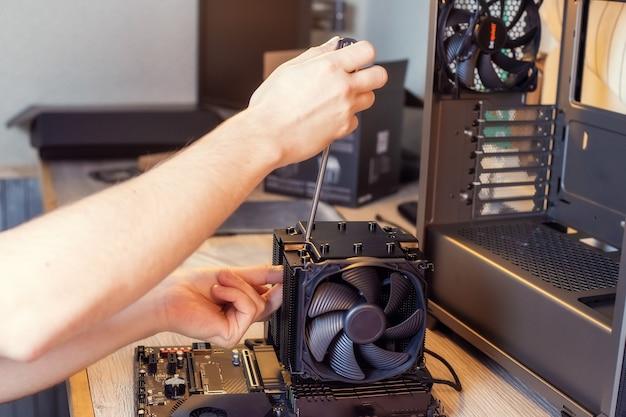 Installieren eines kühlers auf einem pc-prozessor