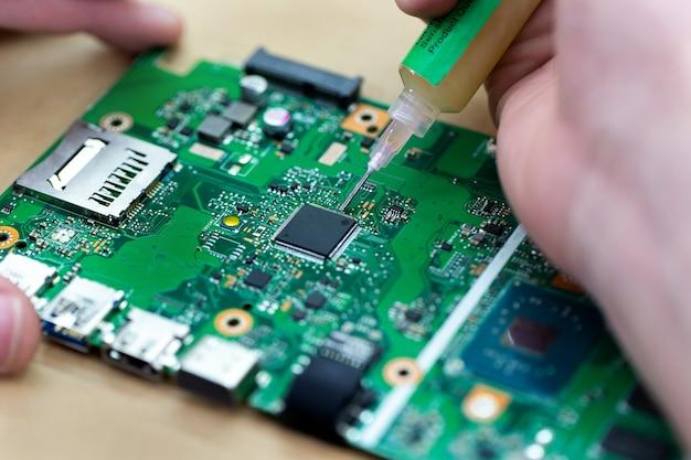 Installieren eines neuen prozessors auf einem laptop