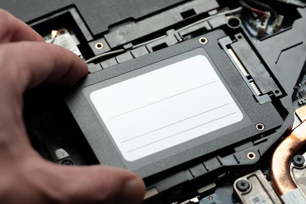 Installieren eines neuen solid-state-laufwerks auf einem laptop-pc. laptop-hardware aufrüsten