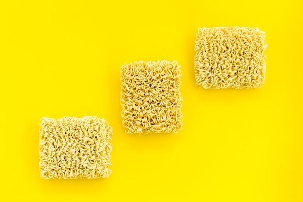 Instant-nudelpackungen auf gelb