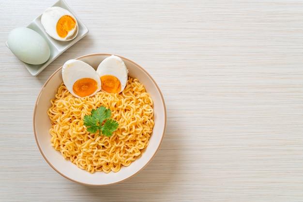 Instant-nudelschale mit gekochten eiern