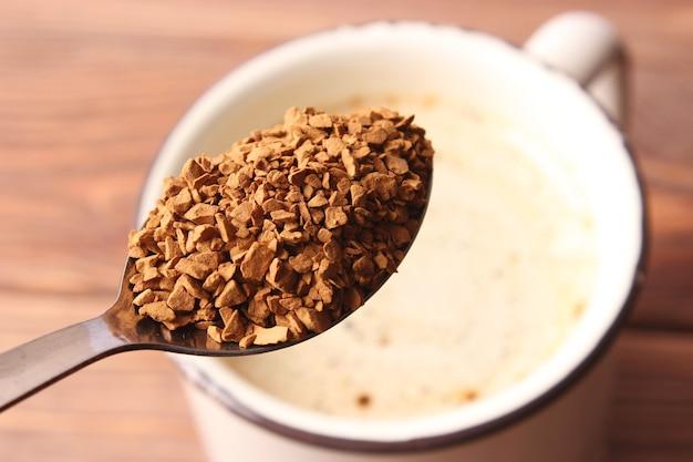 Instantkaffee hautnah auf dem tisch. foto in hoher qualität