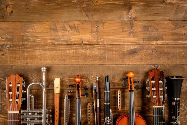 Instrument im hölzernen hintergrund