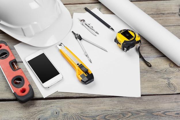 Instrumente auf einem arbeitstisch für architekturzeichnungen