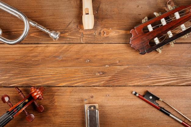 Instrumente im hölzernen hintergrund