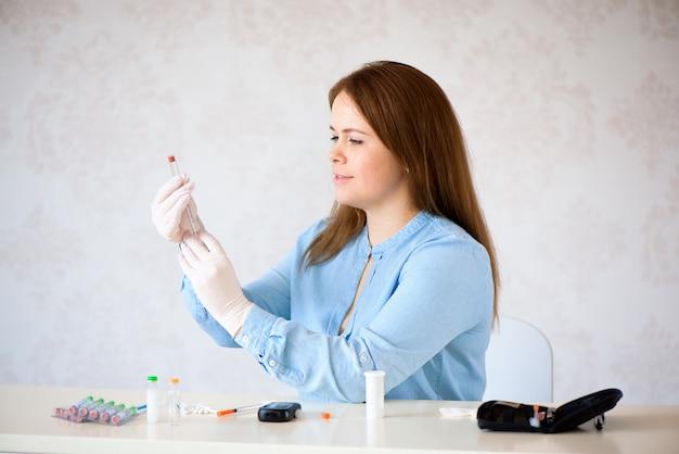 Insulindiabetes, spritze, medizinische einspritzung in der hand. medizinplastikschutzimpfungsausrüstung mit nadel.