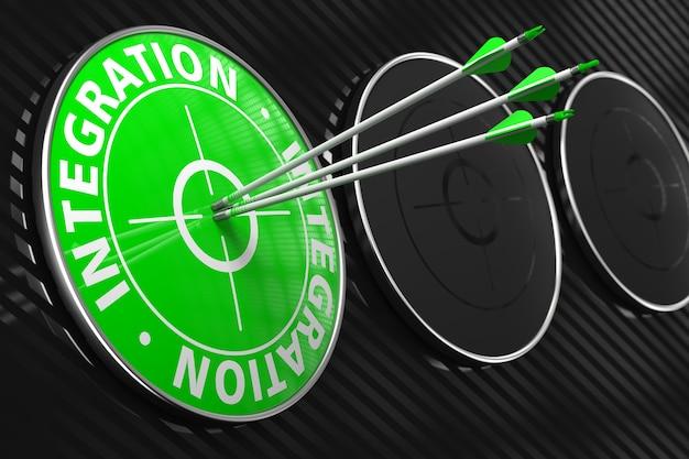 Integration - drei pfeile treffen auf das zentrum des grünen ziels auf schwarzem hintergrund.
