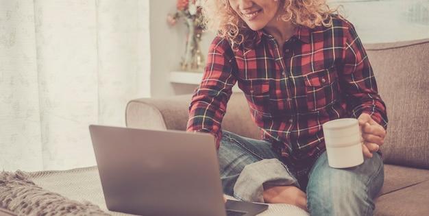 Intelligente arbeit zu hause aktivität mit moderner online-computer-laptop-technologie und fröhlicher glücklicher freier frau, die internetverbindung genießt