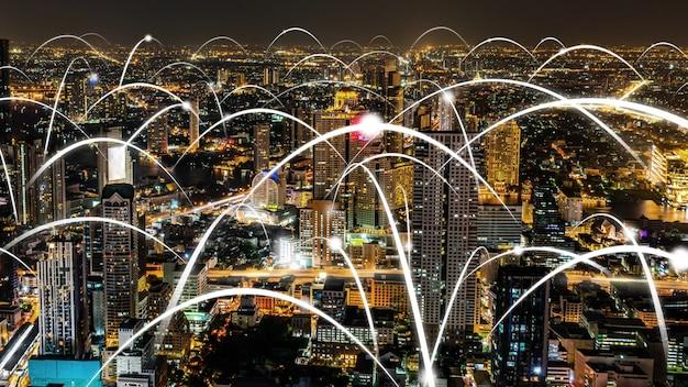 Intelligente digitale stadt mit abstrakter grafik, die das verbindungsnetzwerk zeigt