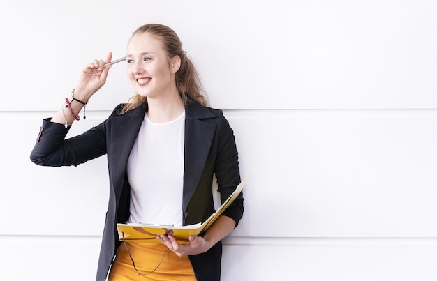 Intelligente geschäftsfrau, die mit dokument in ihrem arbeitsplatz im büro arbeitet.