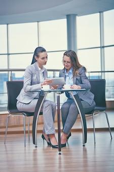 Intelligente geschäftsfrauen mit einem tablet arbeiten