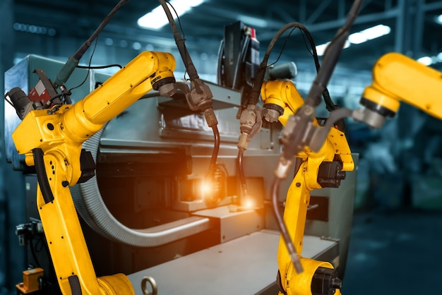 Intelligente industrieroboterarme in der digitalen fabrikproduktion