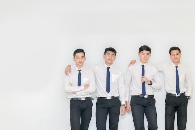 Intelligente junge studenten, die zusammen mit kopienraum stehen