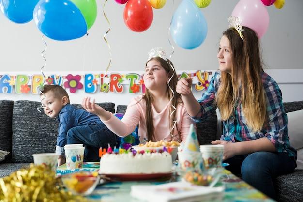 Intelligente kinder, die ballone auf party bewundern