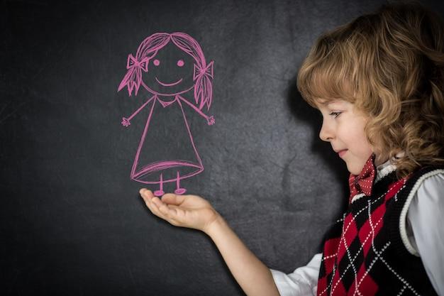 Intelligente kinder in der klasse. glückliche kinder gegen tafel. bildungskonzept