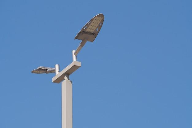Intelligente led-straßenlaterne auf hintergrund des blauen himmels