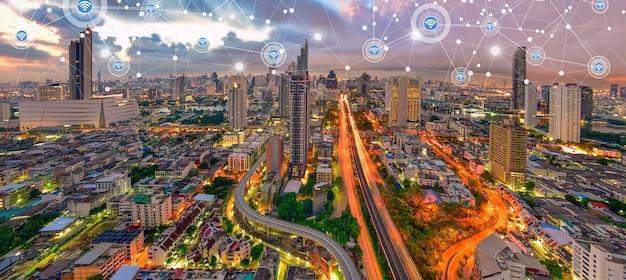 Intelligente stadt und drahtloses kommunikationsnetz auf wolkenkratzerhintergrund finanzmoderne technologie