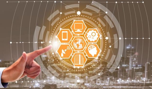 Intelligente stadtskyline mit ikonen des drahtlosen kommunikationsnetzes.
