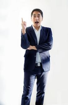 Intelligenter asiatischer geschäftsmann in der blauen tongeschäftsuniform