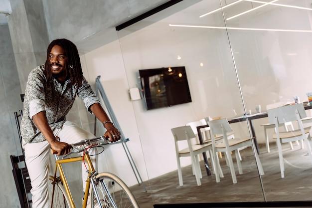 Intelligenter geschäftsmann, der mit dem fahrrad zur arbeit fährt