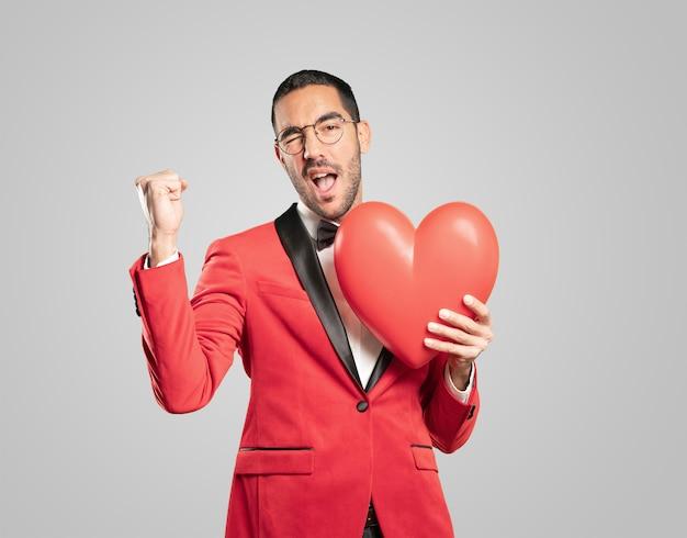 Intelligenter junger mann am valentinstag. konzepte. liebe