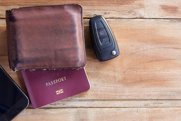 Intelligenter telefon-, geldbörsen-, pass- und autoschlüssel auf holztisch