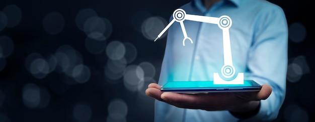 Intelligentes industriekonzept mit geschäftsmann, der eine tablette hält