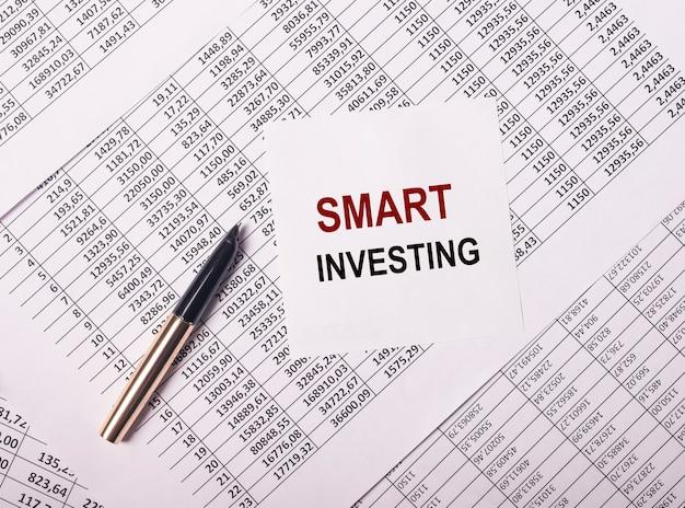 Intelligentes investitionskonzept. wort investiert. geld und finanzen.