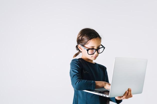 Intelligentes mädchen, das laptop verwendet
