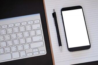 Intelligentes Telefon mit Telefonschirmmodell des leeren Bildschirms Abschluss oben