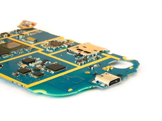 Intelligentes telefon-motherboard-isolat auf weißem hintergrund