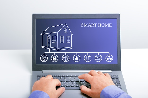Intelligentes zuhause in laptop-computer
