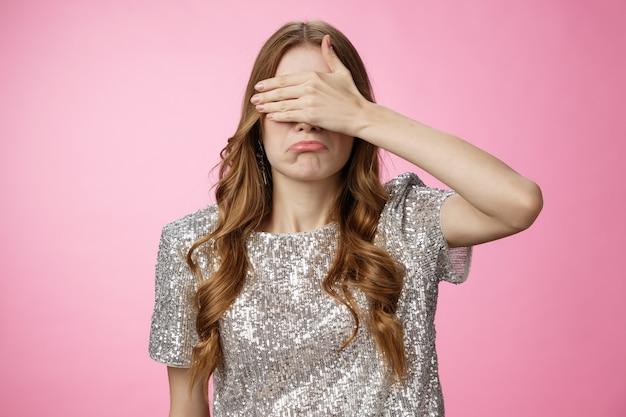 Intensives jammern trauriges mädchen bedecken die augen palme schürzt die lippen, die nicht bereit sind, eine unangenehme enttäuschende szene zu sehen ...