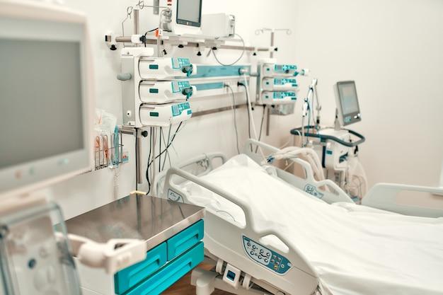 Intensivstation mit allen notwendigen geräten in einem modernen krankenhaus