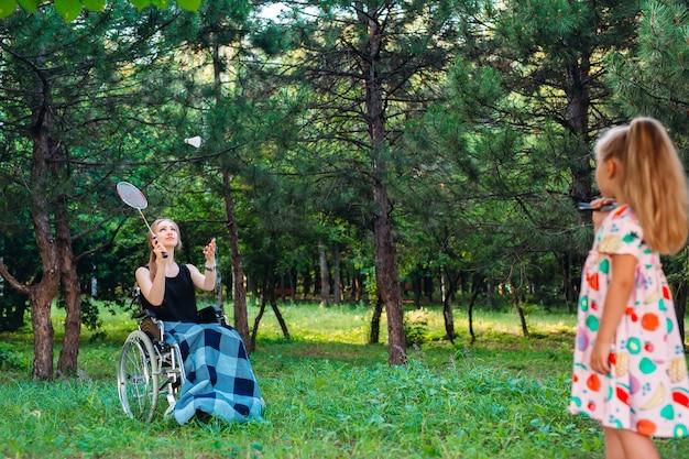Interaktion einer gesunden person mit einer behinderten person