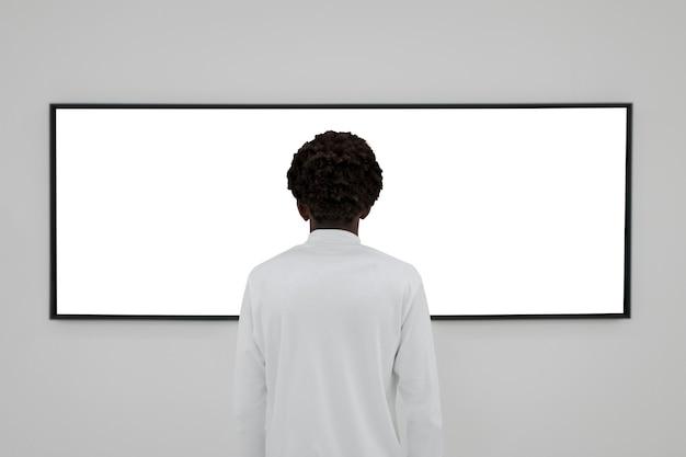 Interaktiver bildschirm an der wand einer galerie