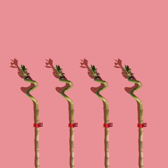 Interessantes muster von bambusstöcken auf dem pfirsichfarbenen hintergrund. minimale layoutkomposition.
