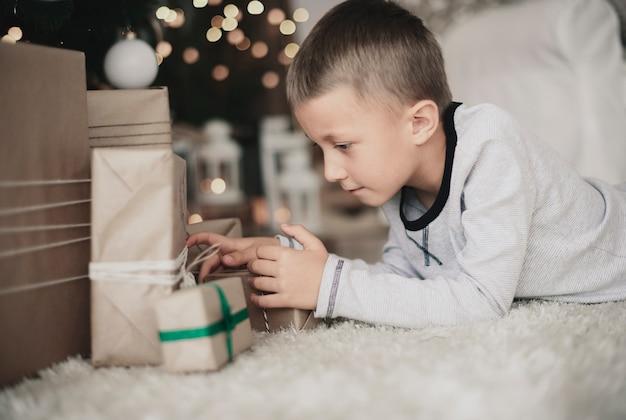 Interessiertes kind auf der suche nach einem geschenk für ihn