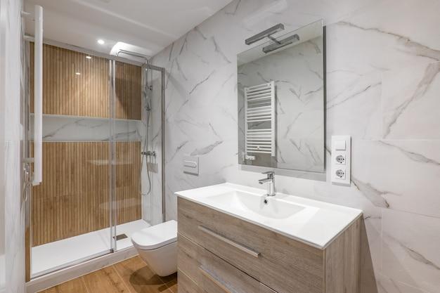 Interieur des modernen renovierten badezimmers mit dusche mit holzveredelung