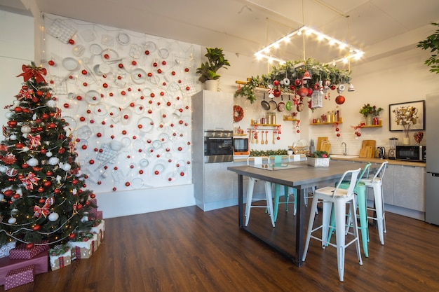 Interieur einer gemütlichen modernen geräumigen küche für eine große familie, dekoriert für die neujahrsfeier...