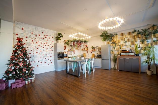 Interieur einer gemütlichen, modernen, geräumigen küche für eine große familie, die für die neujahrsfeier dekoriert ist