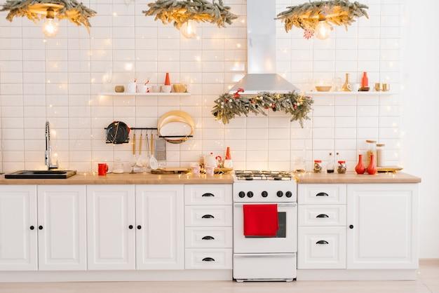 Interieur einer hellweißen küche mit knallroten dekorelementen im skandinavischen stil