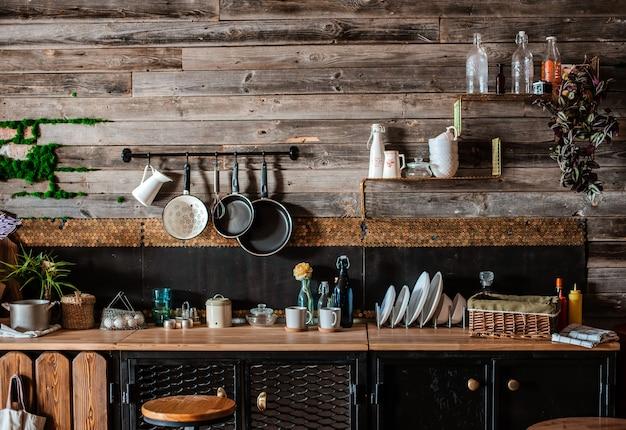 Interieur und design der modernen wohnküche im rustikalen stil. im hintergrund ist eine wand aus holzbohlen.