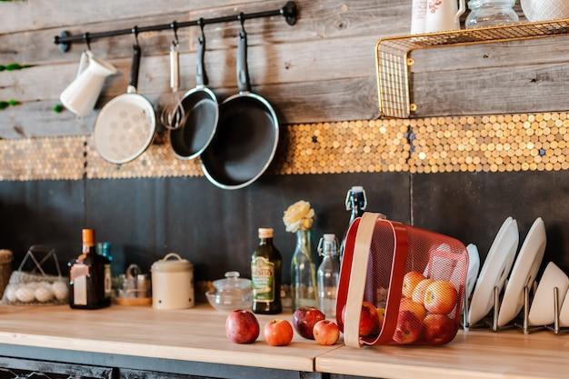 Interieur und design der modernen wohnküche im rustikalen stil.