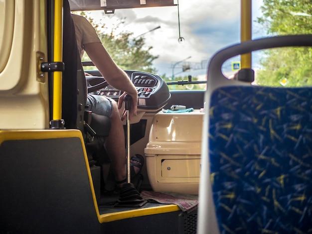 Interion der öffentlichen transportmittel des new- york citybusses