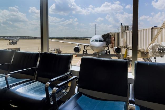 International airport interior airport lounge gate passagierflugzeug wartet am gate in busch international airport houston tx usa